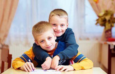 اوتیسم علائم و نشانه های مختلفی دارد.