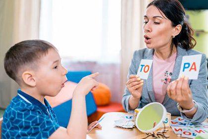 گفتار درمانی به منظور رفع اختلالات در تکلم و گفتار انجام می شود.