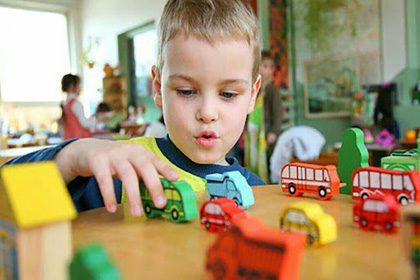 بازی درمانی را میتوان یکی از روشهای درمانی برای رفع برخی از اختلالات در کودکان دانست.