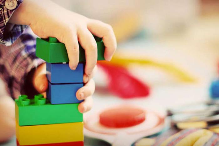 بازی درمانی در طی چندین جلسه توسط مشاوره کودک انجام میگیرد.