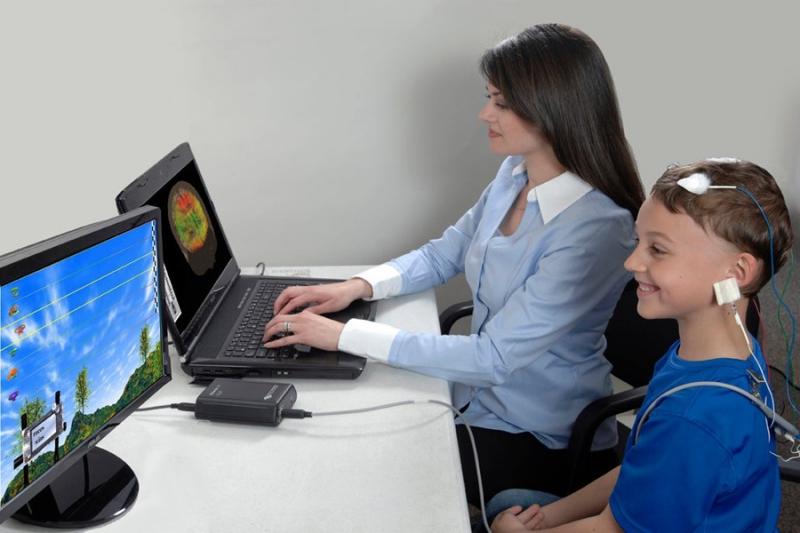 در نوروفیدبک اطلاعات عصبی دستگاه عصبی مرکزی (CNS) افراد به خودشان داده می شود و فرد تلاش میکند تا بیاموزد چگونه کارکرد مغزی خود را اصلاح نماید.