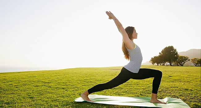 یوگا باعث کاهش استرس و اضطراب می شود.