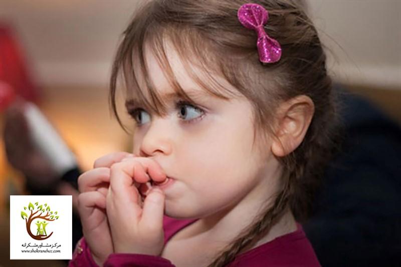 ناخن جویدن یکی از نشانههای استرس در کودکان میباشد.